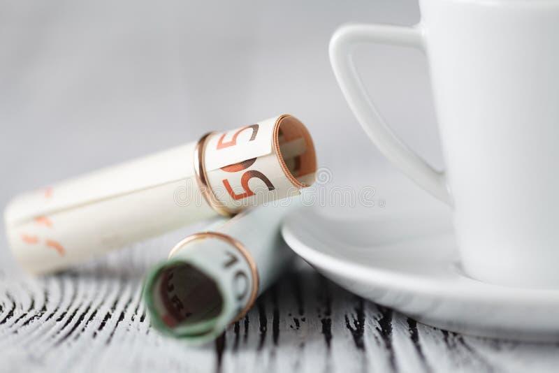 El coste de una boda, anillo se vistió para los billetes de banco imágenes de archivo libres de regalías