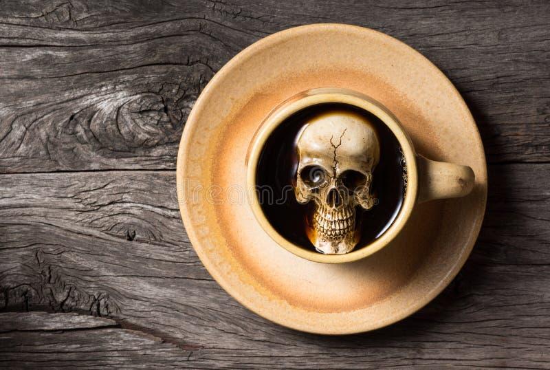 El cráneo empapa en café fotos de archivo