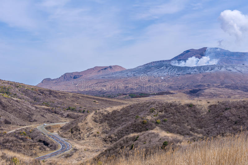 El cráter del soporte Naka o de la montaña de Aso es el volca activo más grande imagen de archivo libre de regalías