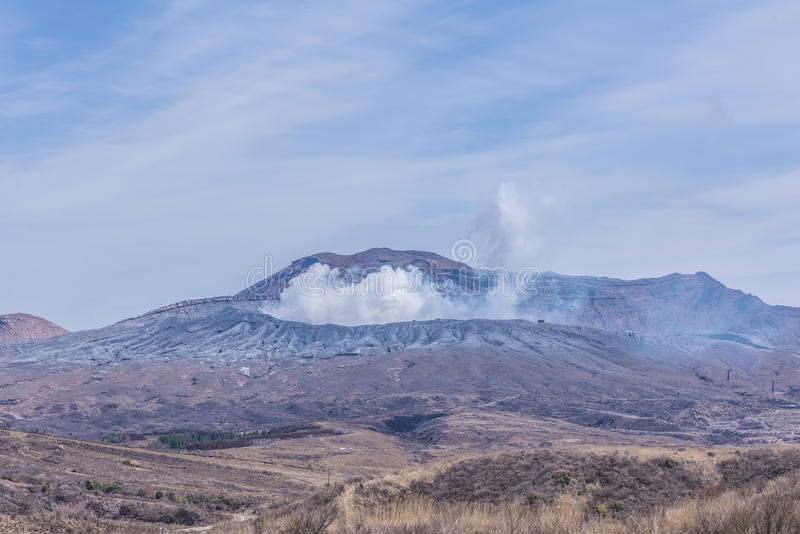 El cráter del soporte Naka o de la montaña de Aso es el volca activo más grande imagenes de archivo