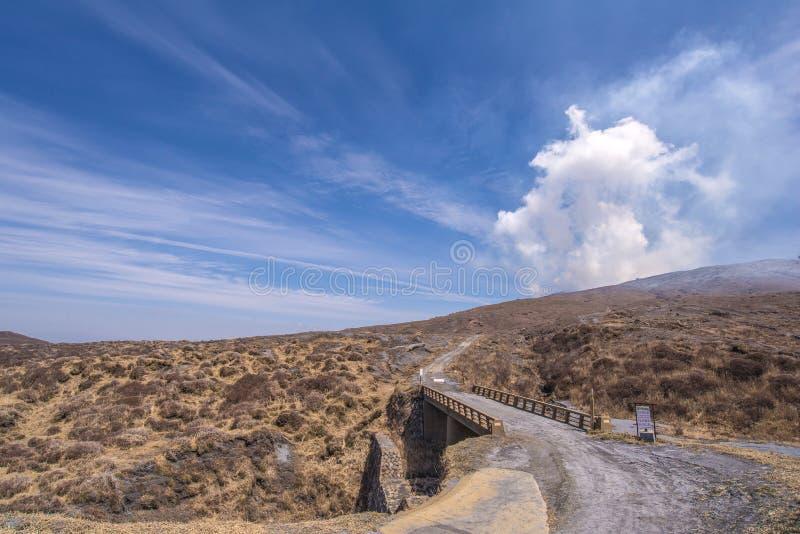 El cráter del soporte Naka o de la montaña de Aso es el volca activo más grande fotos de archivo