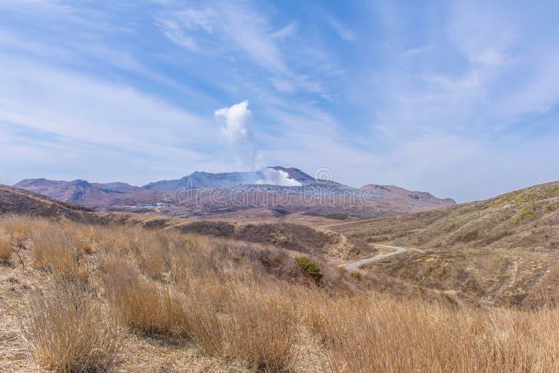 El cráter del soporte Naka o de la montaña de Aso es el volca activo más grande fotografía de archivo libre de regalías