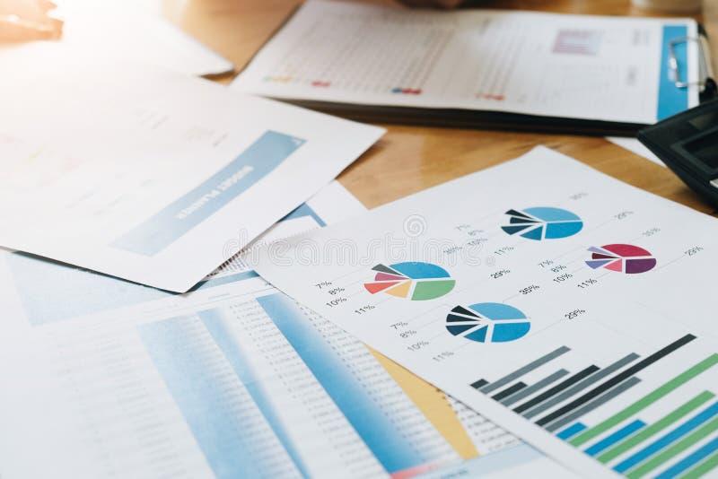 El crecimiento de los datos financieros y del márketing divulga papeleo del gráfico en el wo fotografía de archivo