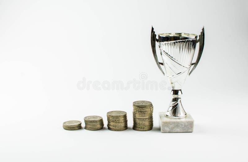 El crecimiento de monedas lleva a la victoria El concepto de inversión financiera en un negocio copie el espacio para su texto imágenes de archivo libres de regalías