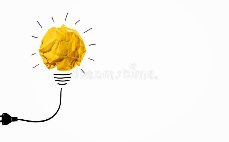 El cretivity de las ideas con el papel amarillo arrugó la bombilla de la bola Concepto creativo fotos de archivo libres de regalías