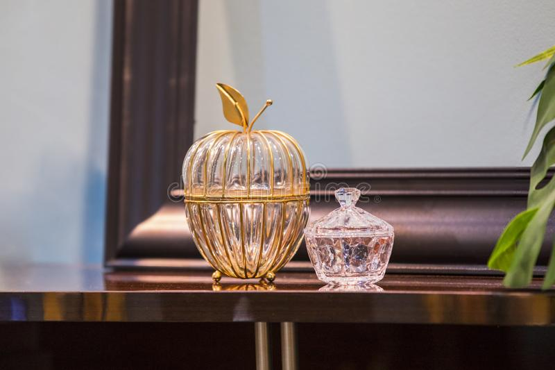 El cristal refinó los floreros costosos, los buques de cristal para el azúcar y la sal Florero cristalino con el casquillo formad fotografía de archivo libre de regalías