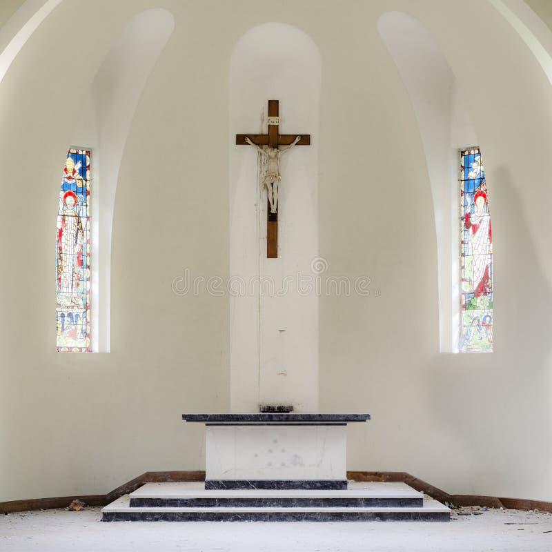 El crucifijo lindo ligero brillante colorido interior de Italia de la iglesia altera la bóveda de las ventanas de cristal de la m foto de archivo libre de regalías