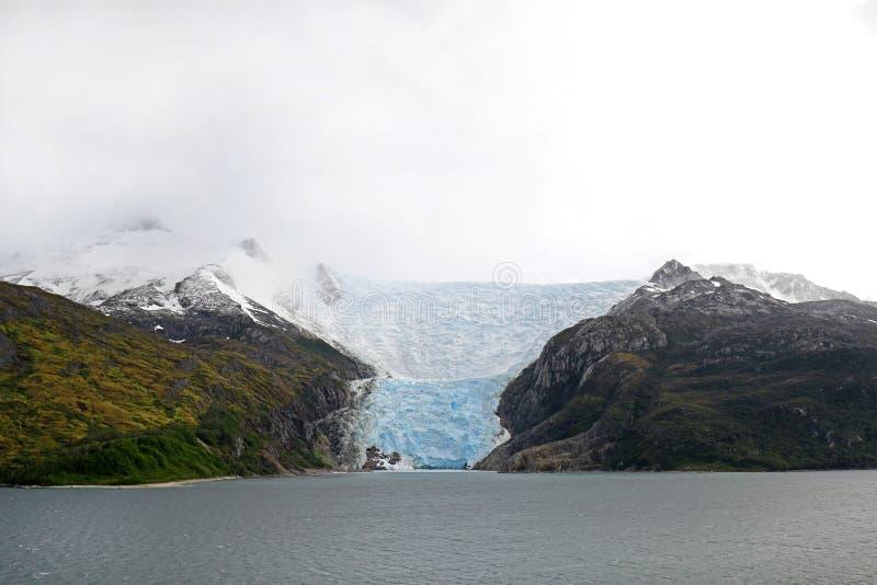El cruzar en el callejón del glaciar - Patagonia la Argentina - paisaje de los glaciares y de la cascada hermosos de las montañas fotografía de archivo