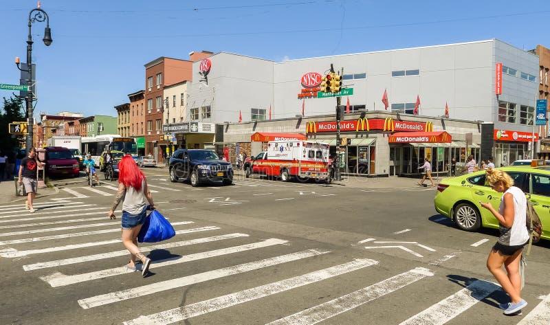 El cruzar en el centro de Greenpoint imagenes de archivo