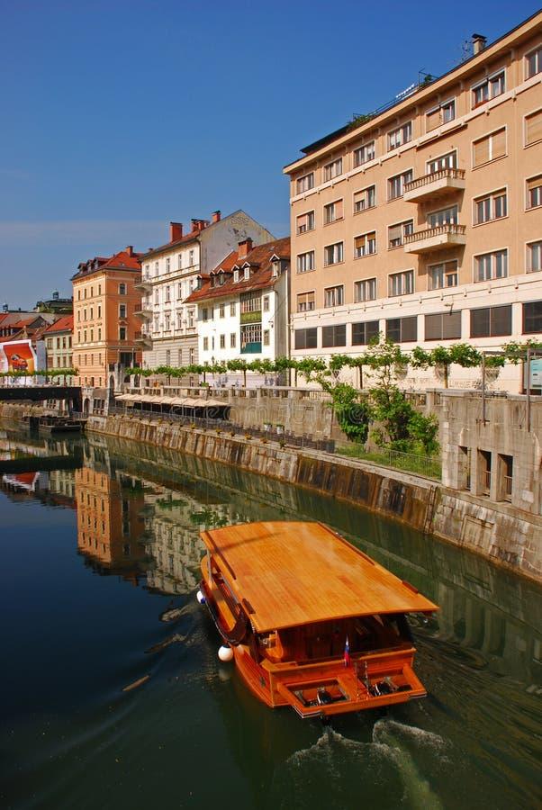 El cruzar a lo largo del río de Ljubljanica en verano fotografía de archivo