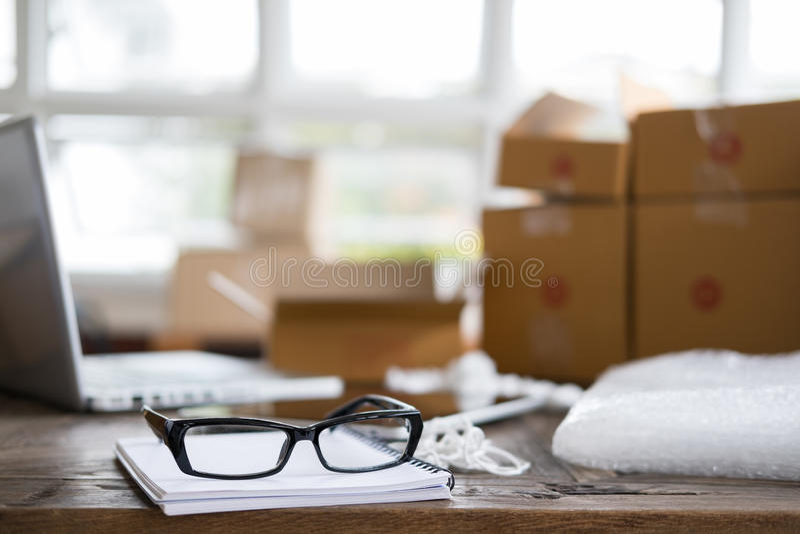 el cuaderno, lentes en el lugar de trabajo del inicio, pequeña empresa posee foto de archivo libre de regalías