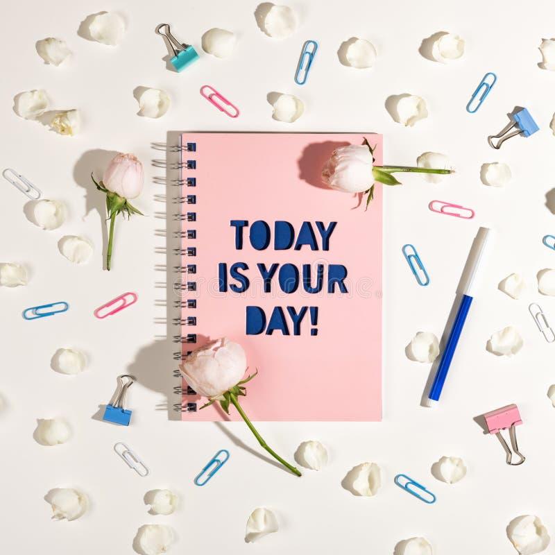 El cuaderno rosado con una inscripción azul es hoy su día fotografía de archivo