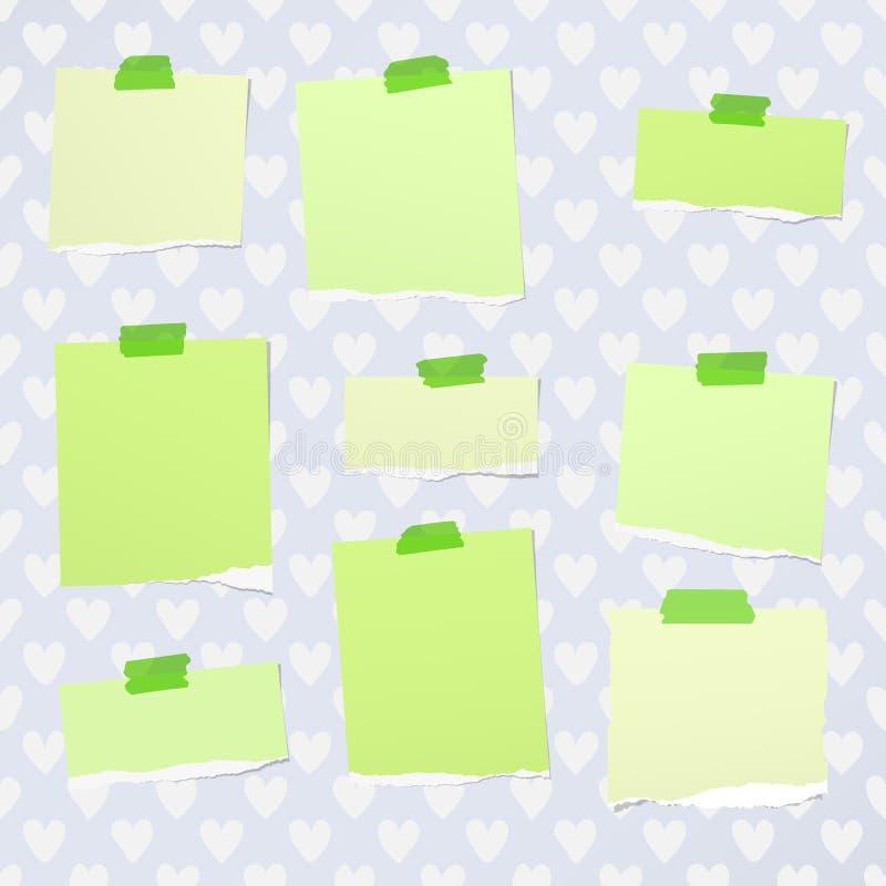 El cuaderno verde rasgado, papel de nota se pegó con la cinta pegajosa en el modelo creado de formas del corazón libre illustration