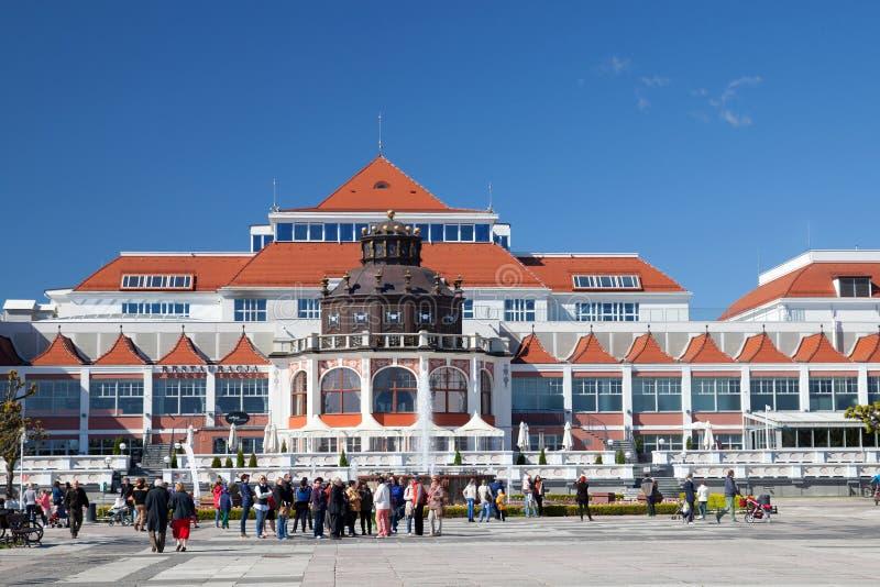 El cuadrado antes del embarcadero en Sopot el día soleado de la primavera imágenes de archivo libres de regalías