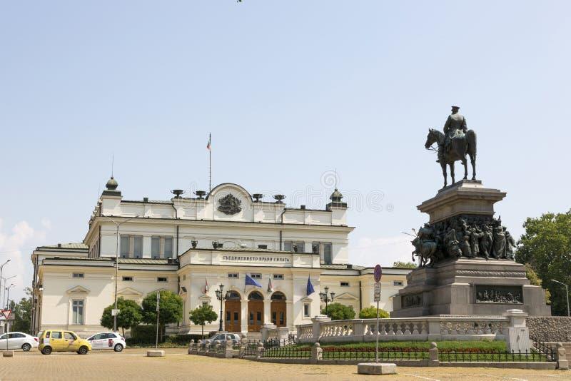 El cuadrado de la asamblea nacional en Sofía El edificio del parlamento y de un monumento al libertador del zar foto de archivo