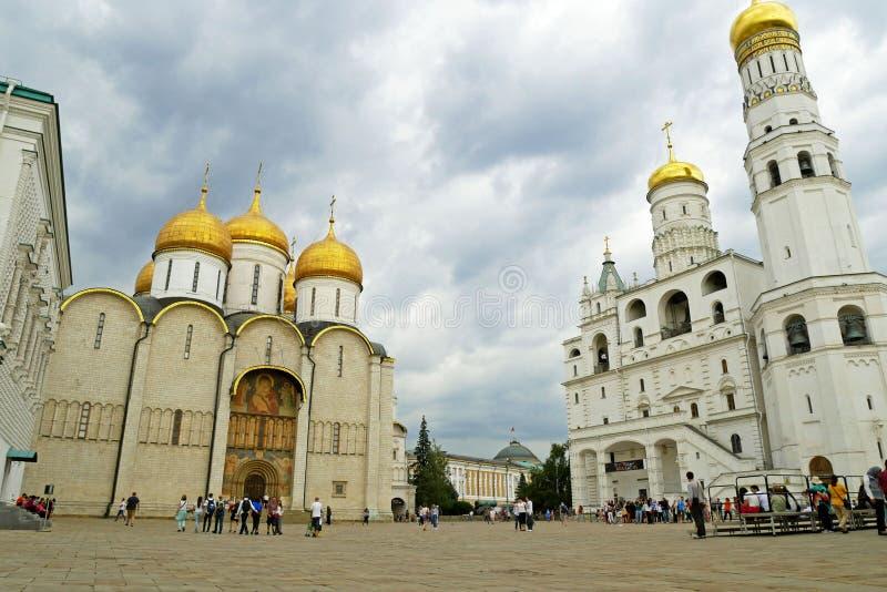 El cuadrado de la catedral de la Moscú el Kremlin, Rusia foto de archivo