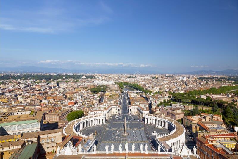 El cuadrado de San Pedro en el Vaticano y la vista aérea de la ciudad, Roma, fotografía de archivo libre de regalías