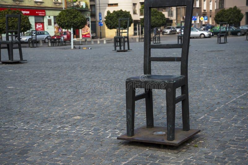 El cuadrado de sillas vacías en Kraków Polonia fotos de archivo