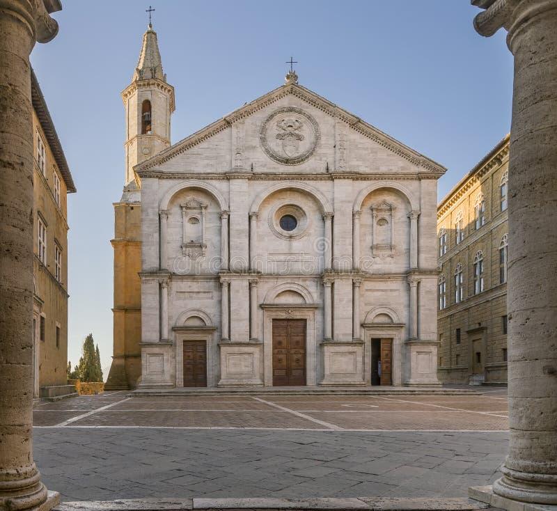El cuadrado del Pio II y el Duomo de Pienza enmarcaron por las columnas del ayuntamiento, Siena, Toscana, Italia imagenes de archivo