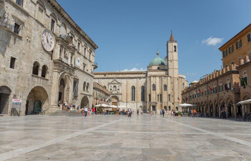 El cuadrado en Ascoli - las TIC de la gente imagenes de archivo