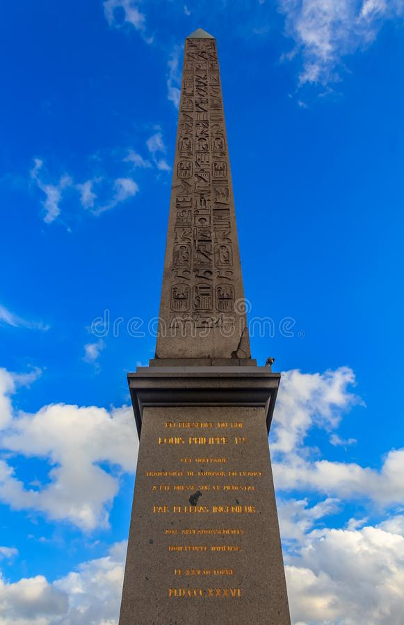 El cuadrado más grande de París, la plaza de la Concordia con el obelisco egipcio de Luxor y de Arc du Triompe en el Champs-Elyse fotografía de archivo