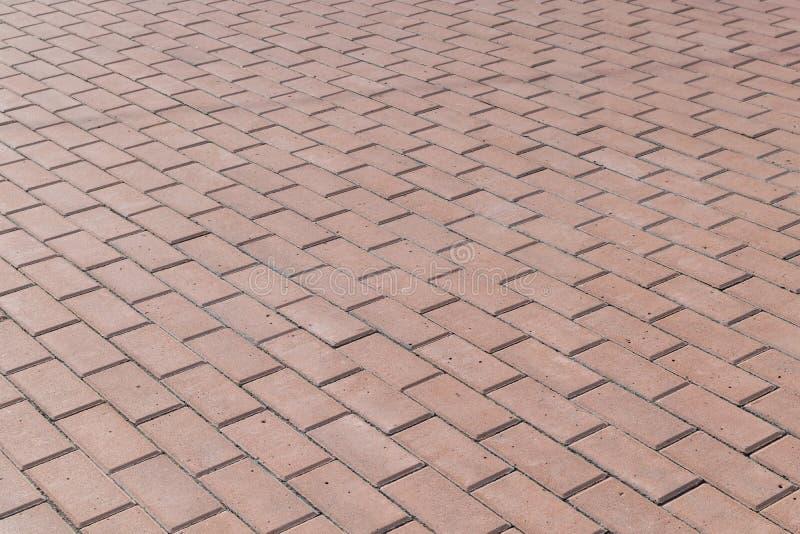 El cuadrado o en una acera alineó con las tejas marrones, piedras de pavimentación fotos de archivo