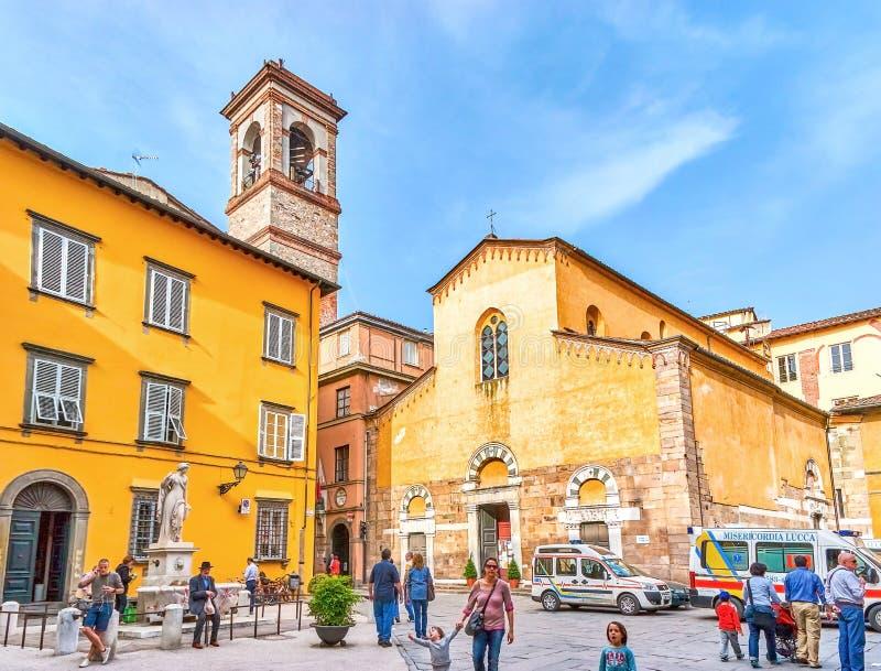 El cuadrado turístico con la iglesia en Lucca, Italia imágenes de archivo libres de regalías