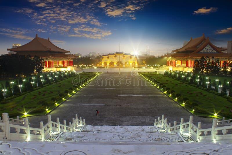 El cuadrado visitado viajero de la libertad para el monumento de Chiang Kai-Shek del respecto de la paga en pasillo conmemorativo imagen de archivo