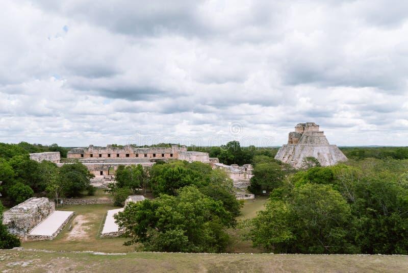 El cuadrilátero arruinado del convento de monjas y la pirámide del mago, Uxmal, Yucata, México fotos de archivo libres de regalías