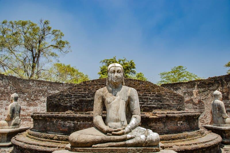 El cuadrilátero sagrado con Buda, ruinas antiguas en Polonnaruwa en Sri Lanka imagenes de archivo