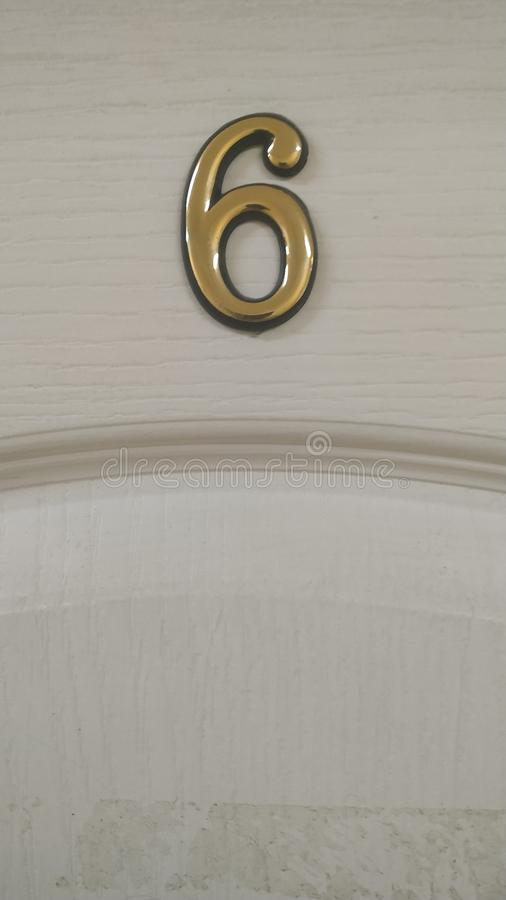 El cuadro 6 es un fragmento de una puerta de madera blanca Primer imagenes de archivo