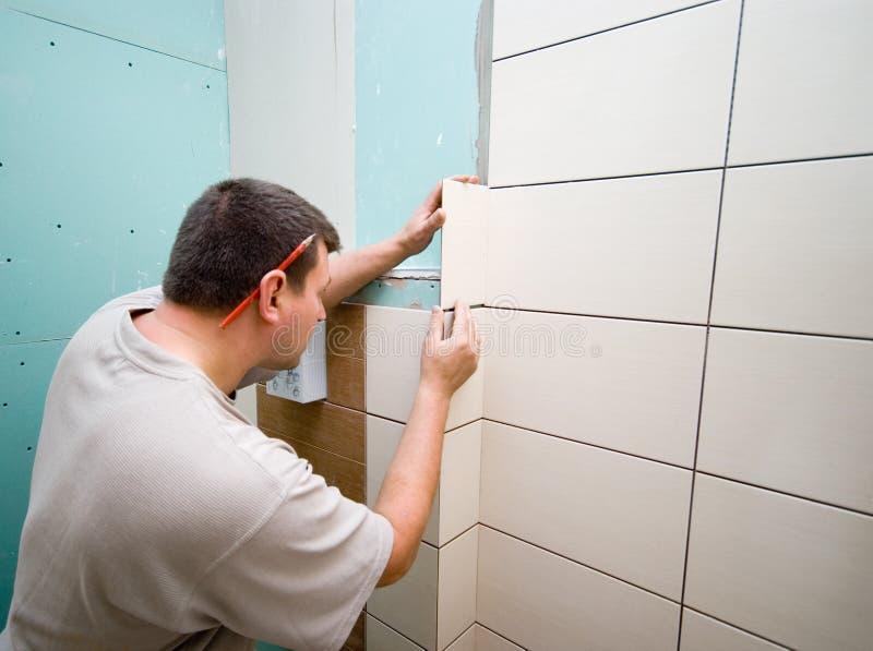 El cuarto de baño embaldosa la renovación fotografía de archivo