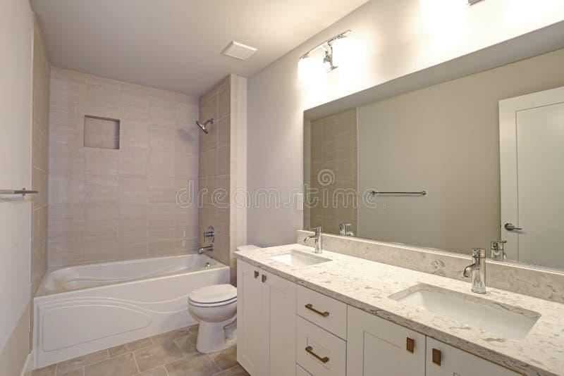 El cuarto de baño precioso ofrece su y su vanidad imagen de archivo