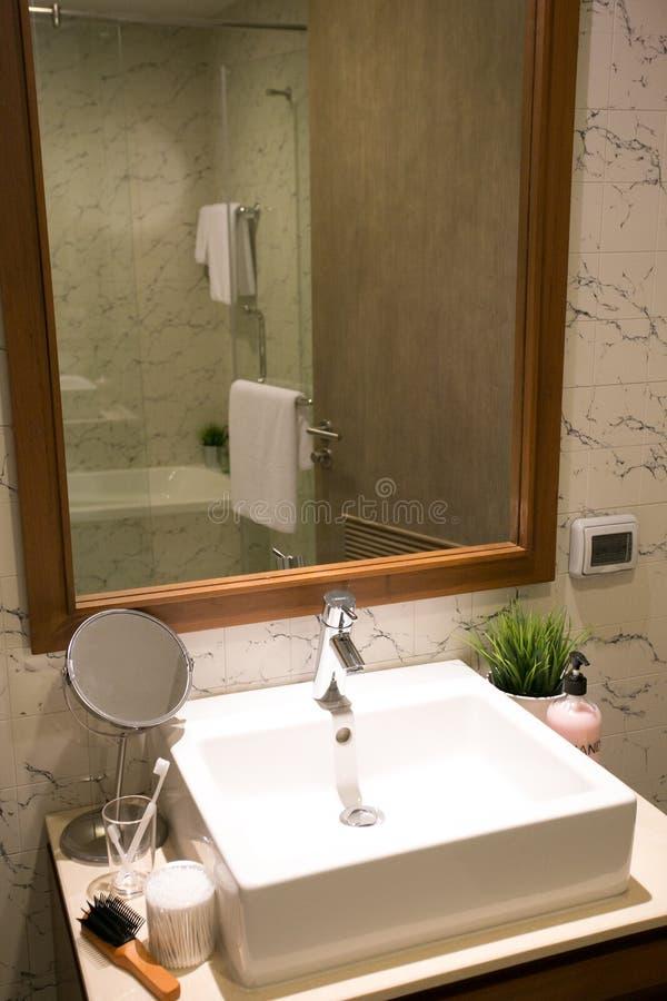 El cuarto de baño un estilo del boutique en el mar con un hotel interior hermoso imagen de archivo