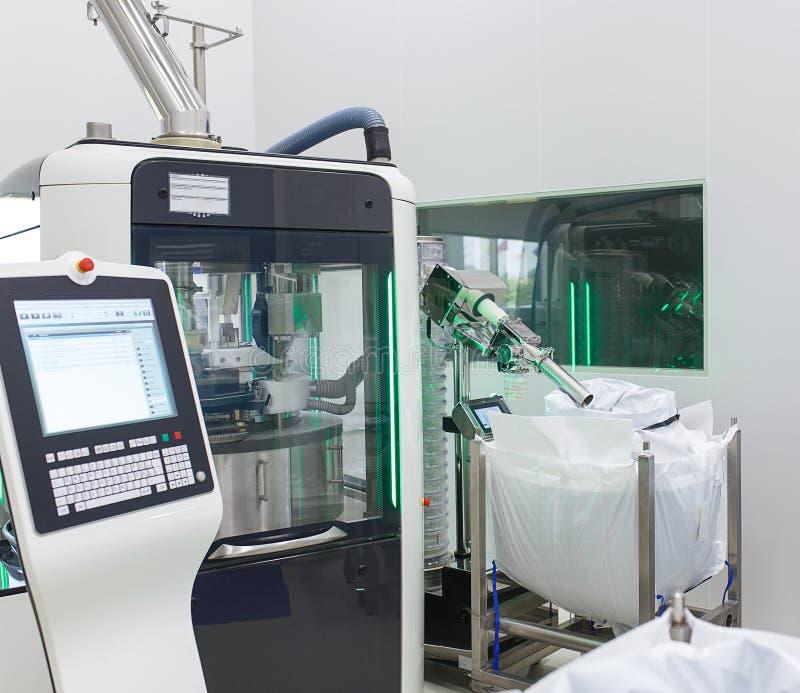 El cuarto en el laboratorio de la producción con un dispositivo electrónico para la fabricación y el empaquetado de tabletas fotografía de archivo libre de regalías