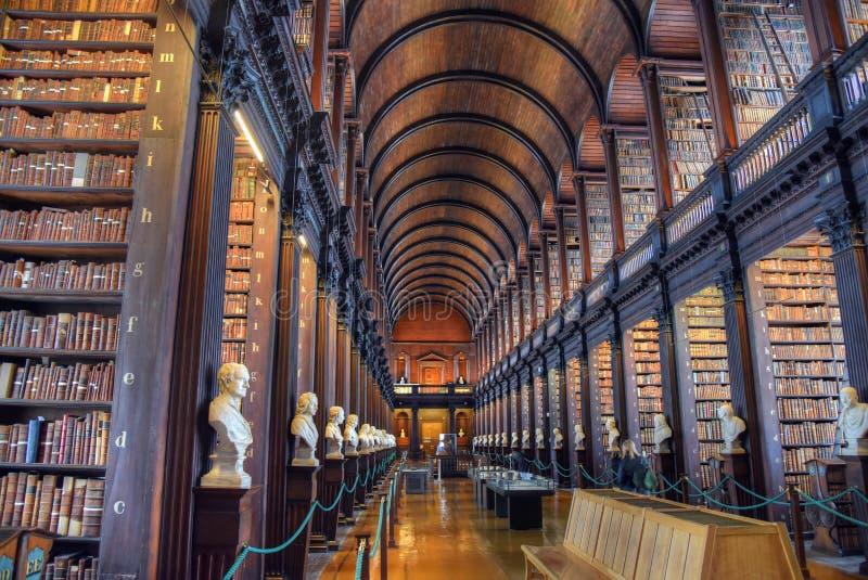 El cuarto largo en la biblioteca vieja en la universidad Dublín de la trinidad foto de archivo