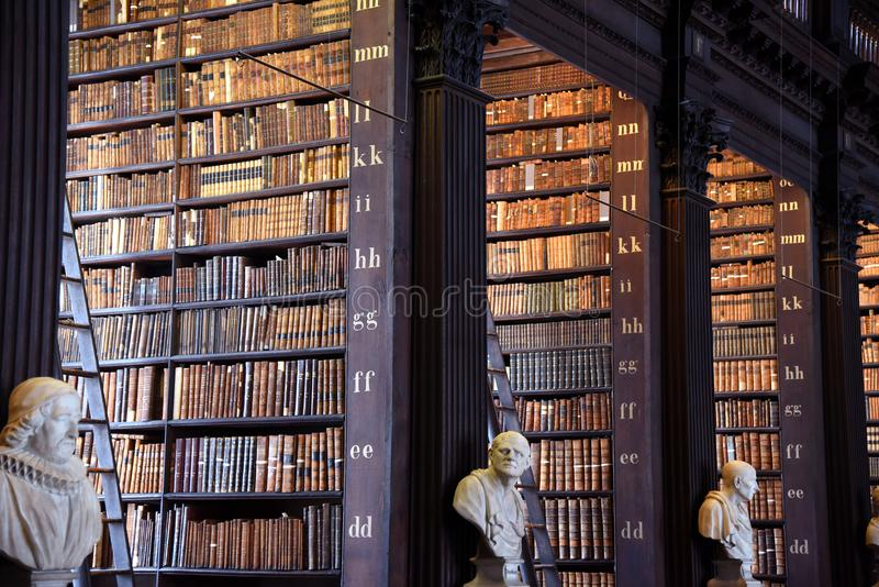 El cuarto largo en la biblioteca vieja en la universidad Dublín de la trinidad fotografía de archivo