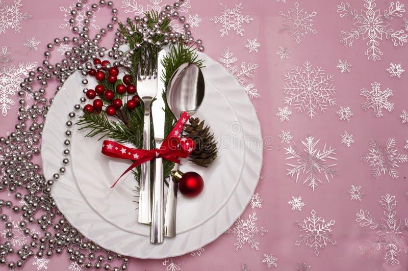 El cubierto de la tabla de la Navidad con el pino de la Navidad ramifica, cinta y arco imagen de archivo