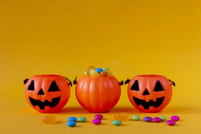 El cubo de la linterna de Halloween Jack o llenó de los caramelos fotos de archivo