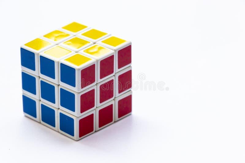 El cubo de Rubik en el fondo blanco fotos de archivo