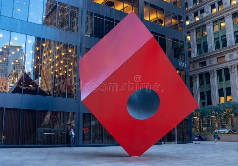 El cubo rojo del artista Isamu Noguchi es arte público situado en el distrito financiero de NYC fotografía de archivo
