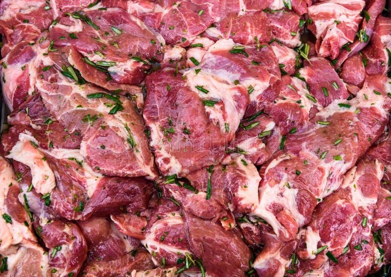 El cuello crudo del cerdo taja la carne con las especias listas para la barbacoa imagen de archivo
