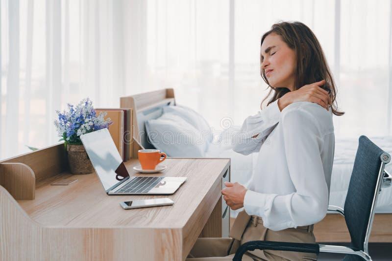 El cuello y el hombro de las mujeres jovenes duelen lesión con puntos culminantes rojos en área del dolor, atención sanitaria y c foto de archivo libre de regalías