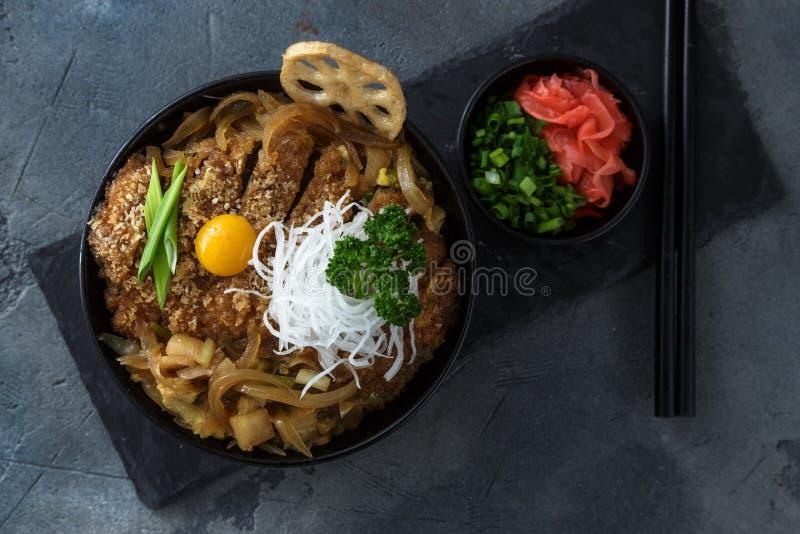 El cuenco de arroz remató con la chuleta frita Katsudon, donburi del tonkatsu, cocina japonesa del cerdo fotos de archivo libres de regalías