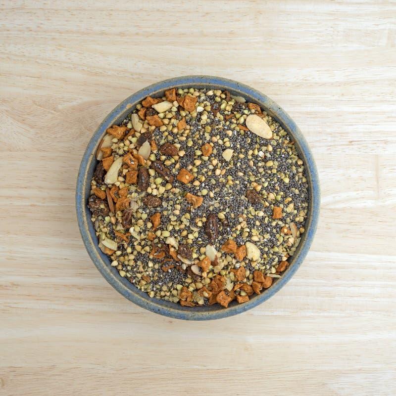 El cuenco de chia siembra nueces y el cereal de desayuno de la fruta fotografía de archivo libre de regalías