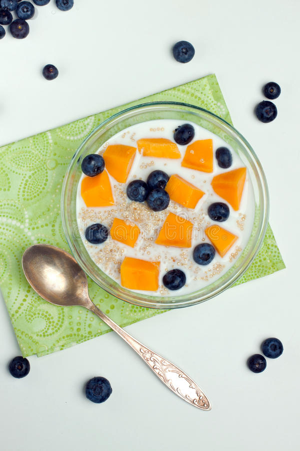 Desayuno de la quinoa imagen de archivo libre de regalías