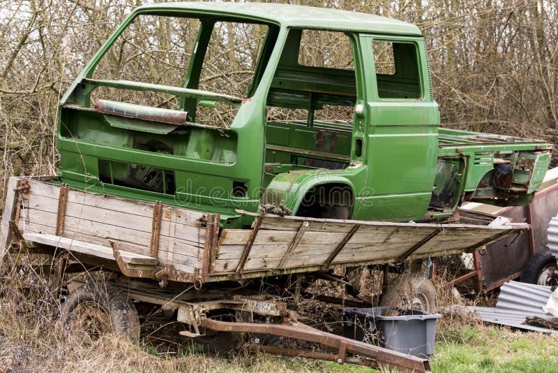 El cuerpo roto de una camioneta pickup se está colocando en un remolque fotografía de archivo libre de regalías