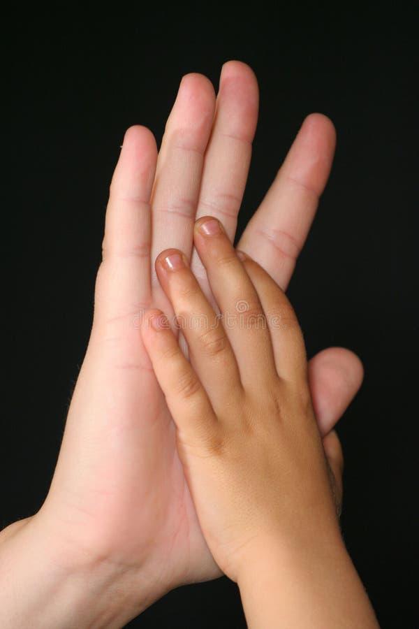 El cuidar jugando las manos
