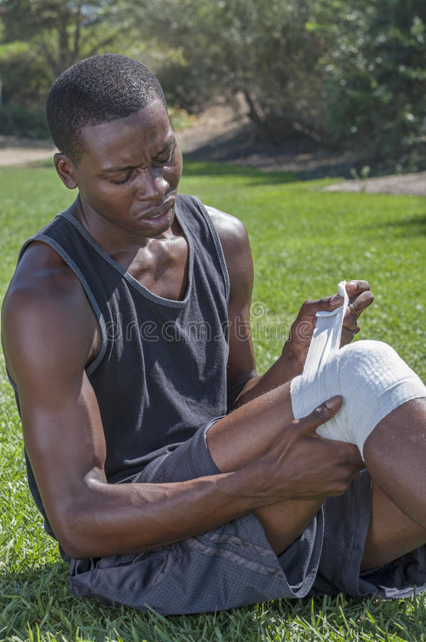 El cuidar para la lesión de rodilla fotos de archivo