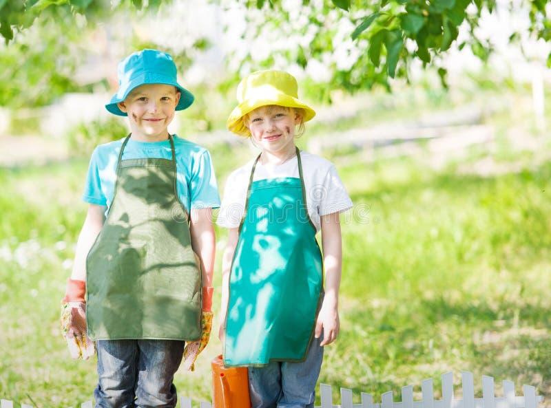 El cultivar un huerto de los niños imagenes de archivo